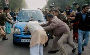 Policemen trying to stop Arvind Kejriwal's car from reaching to the Home Ministry on January 20, 2014 (photo courtesy: AAP FB page)