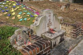 Five_coloured_papers_on_a_grave_mound,_Bukit_Brown_Cemetery,_Singapore_-_20110326-02